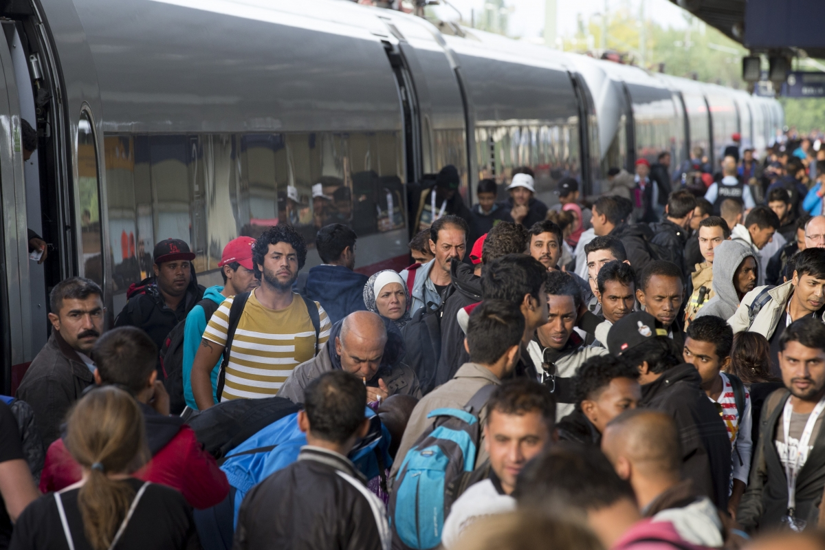 refugees-immigrants-arrive-munich-train.jpg
